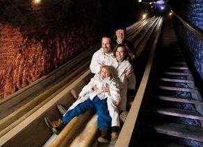 Salzwelten allgemein key visual rutsche familie quer solo Salzwelten Bergauer
