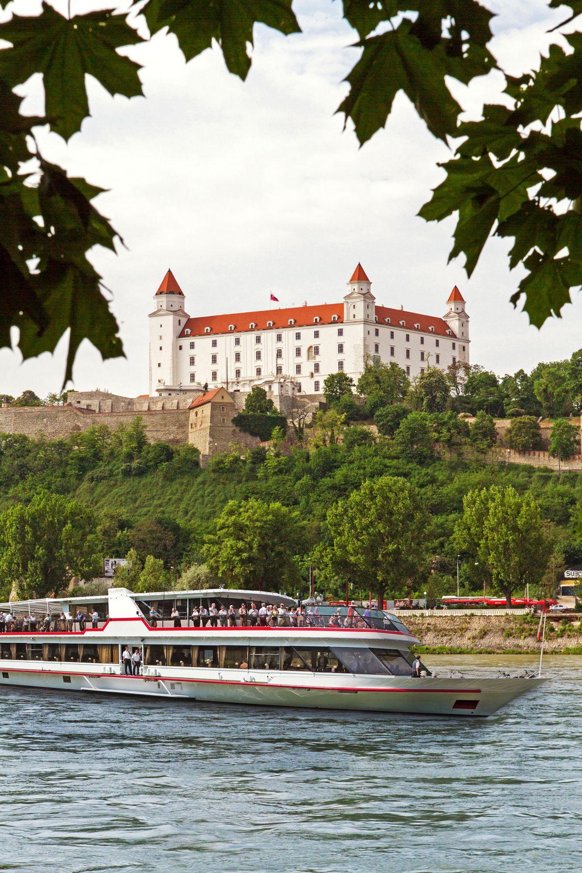 MSKE Bratislava Burg mit Blaettern c Donau Touristik Marlene Wagenhofer web